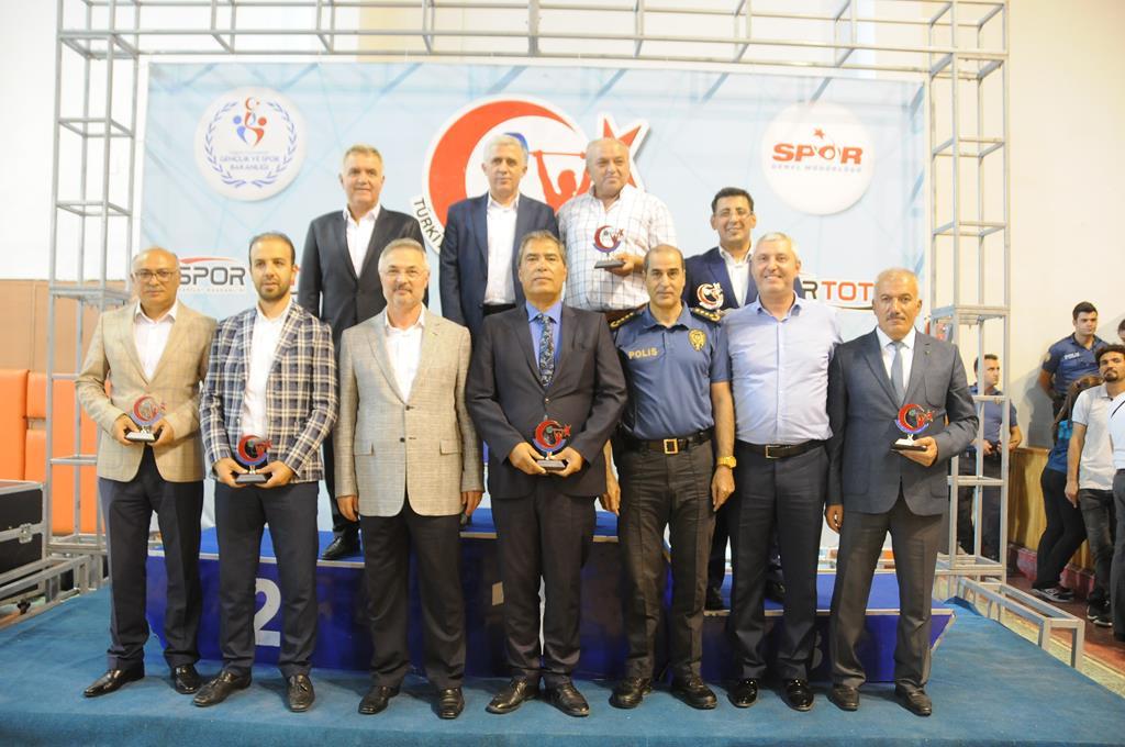 Büyükler Ferdi Türkiye Halter Şampiyonası açılış seremonisi Niğde 5 Şubat Spor Salonunda  gerçekleşti.