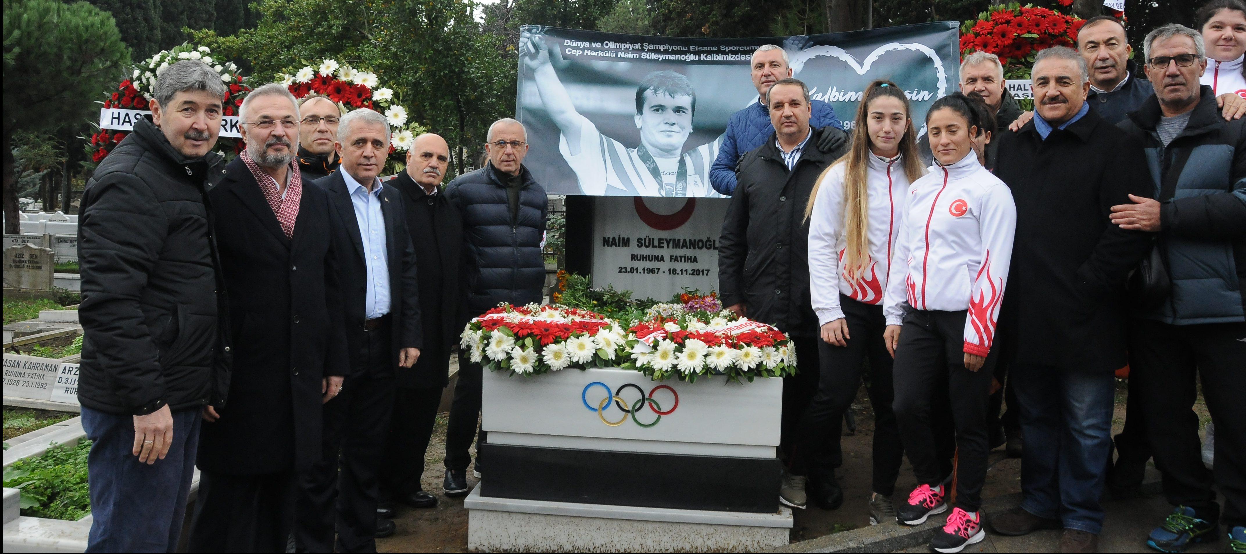 Dünya halterinin efsane ismi Naim Süleymanoğlu için, ölümünün birinci yıldönümünde kabri başında anma töreni düzenlendi.