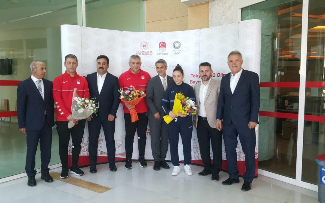 Milli Sporcumuz ve antrenörlerimiz yurda dönüşlerinde Eğitim Araştırma ve Koordinasyon Genel Müdürü Mehmet Ata Öztürk